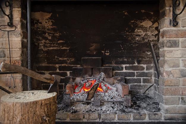 Grote open haard met brandend vuur en decoratieve voorwerpen Gratis Foto