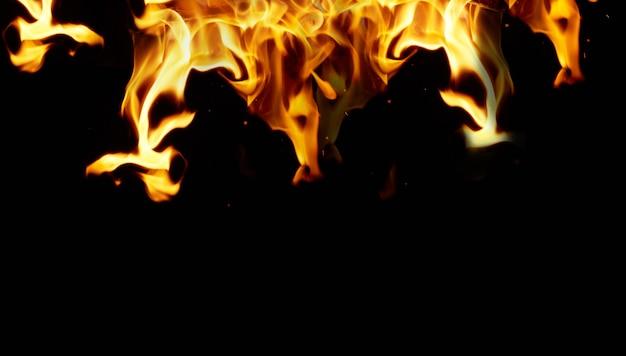 Grote oranje vlam op een zwarte Premium Foto