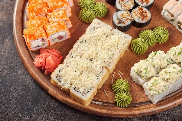 Grote reeks japanse makibroodjes van voedselsushi Premium Foto