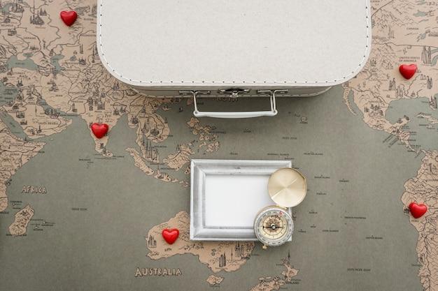 Grote samenstelling met kompas, het frame en koffer Gratis Foto