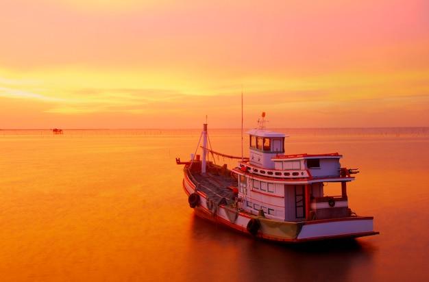 Grote vissersboot die voor een zonsondergangcruise uitgaan Premium Foto
