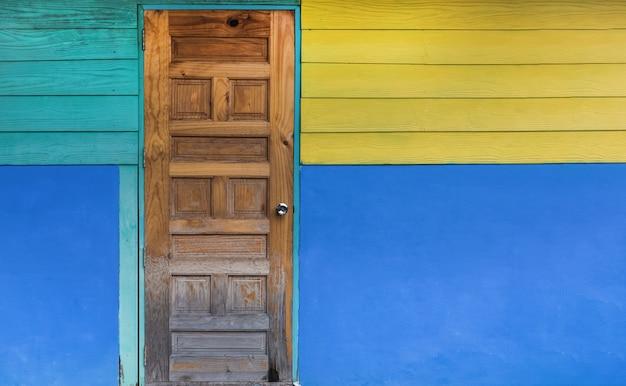 grunge oude deur met kleur geschilderde muur klassiek vintage en modern interieur premium foto