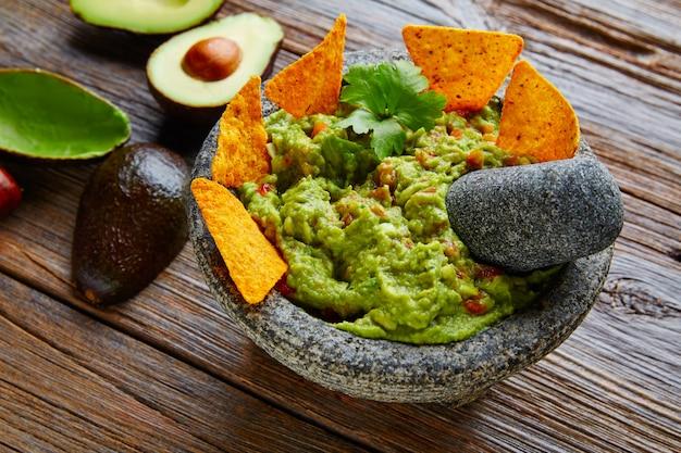 Guacamole met nacho's in mexicaanse molcajete Premium Foto