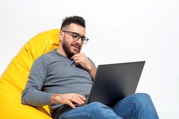 Guy denkt tijdens het werk aan iets Gratis Foto