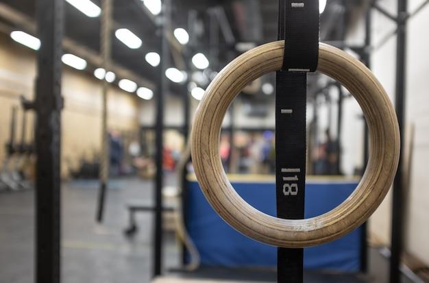 Gymnastiekringen in de crossfitzone in de sportschool Premium Foto
