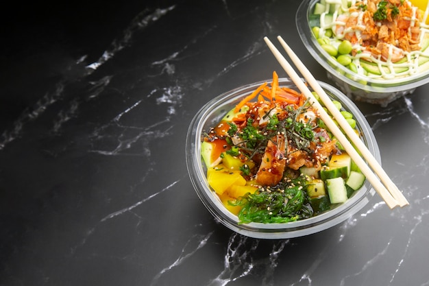 Haal etenswaren weg op een zwart marmeren oppervlak Premium Foto