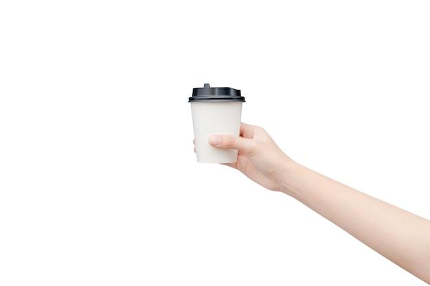 Haal koffiekopje weg. vrouwelijke hand die een koffiedocument kop houdt die op wit met het knippen van weg wordt geïsoleerd. Premium Foto