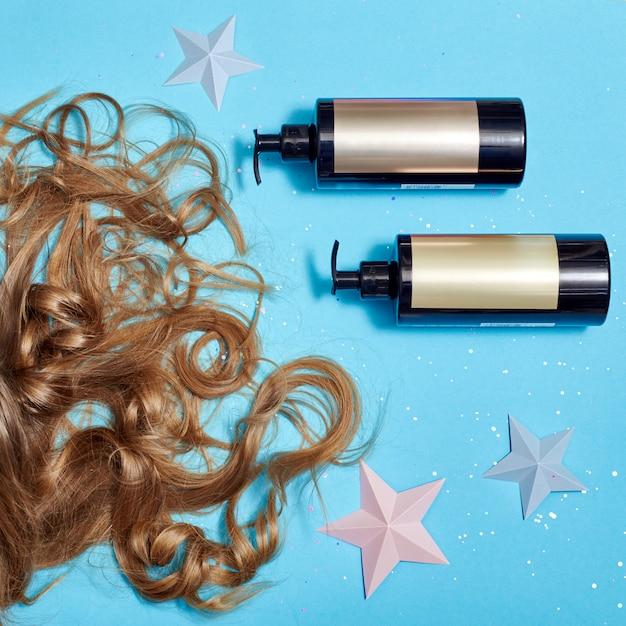 Haarverzorging, lang mooi haar en kammen, kammen Premium Foto