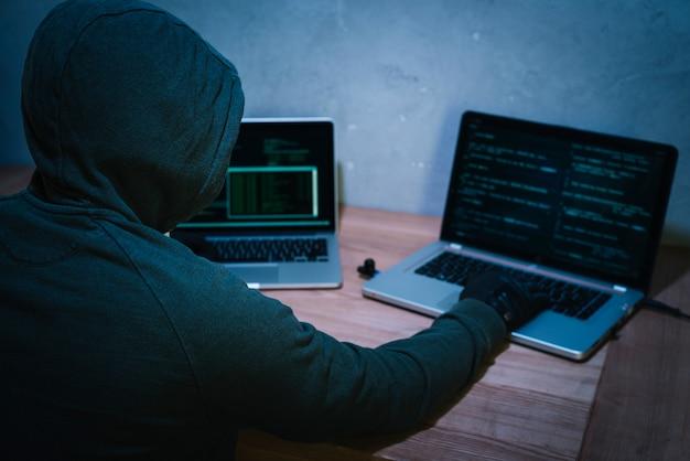 Hacker met laptop Gratis Foto