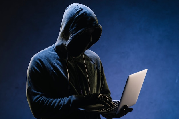 Hacker met laptop Gratis Foto