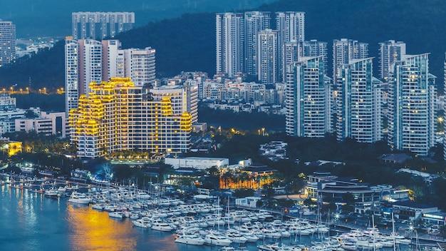 Haikou-stad met hoge moderne gebouwen op de oever van de nandu-rivier Premium Foto