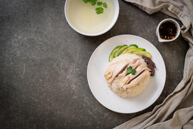 Hainanese kippenrijst of gestoomde kippenrijst Premium Foto