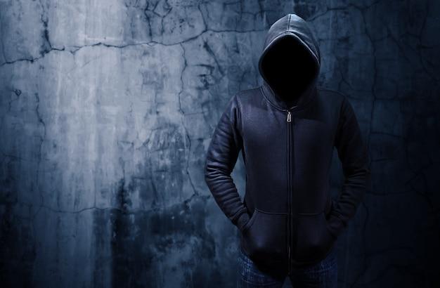 Hakker die zich alleen in donkere ruimte bevindt Premium Foto