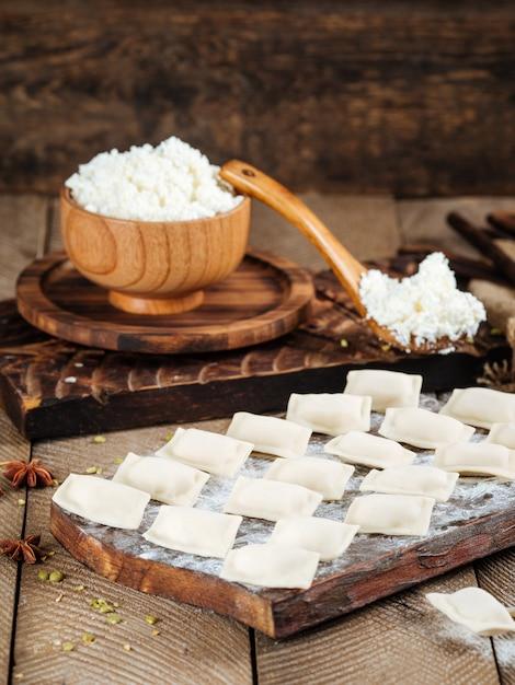Half afgewerkte cottage cheese dumplings vareniki Premium Foto