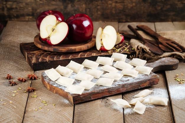Half afgewerkte zoete appelknoedels vareniki Premium Foto