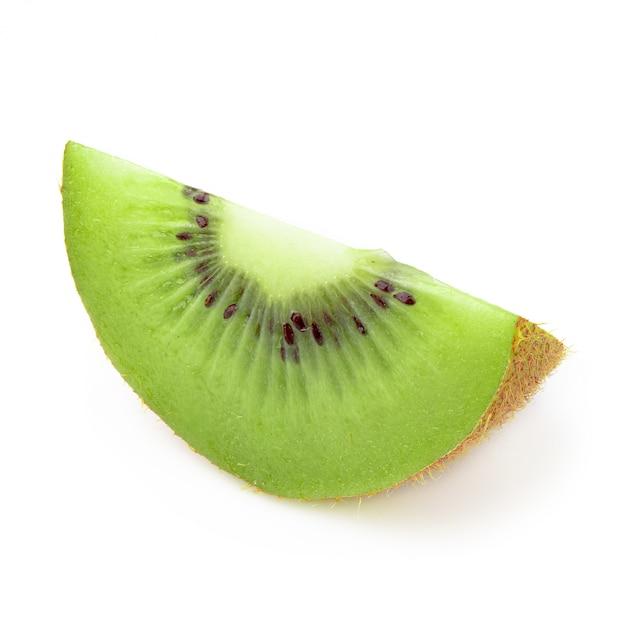 Half en plak kiwifruit dat op witte achtergrond wordt geïsoleerd. Premium Foto