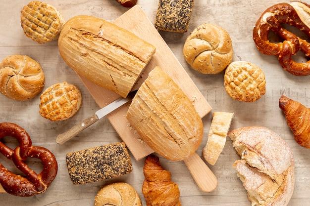 Half gesneden brood en banketproducten Gratis Foto