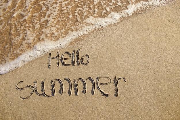 Hallo zomer geschreven op strand. Premium Foto
