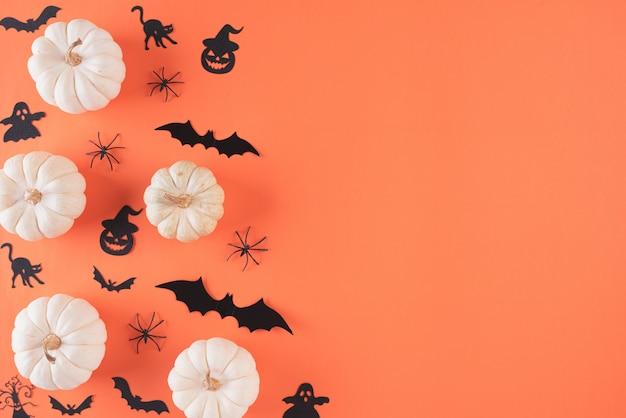 Halloween-ambachten op oranje achtergrond met exemplaarruimte. Premium Foto