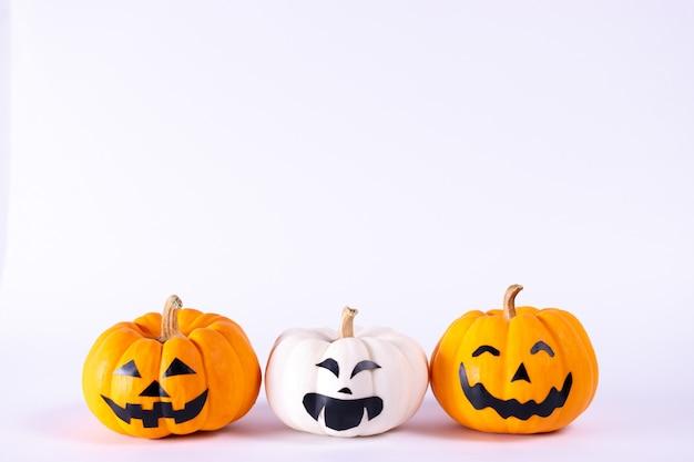 Halloween concept. oranje en witte pompoenen op witte achtergrond. Premium Foto