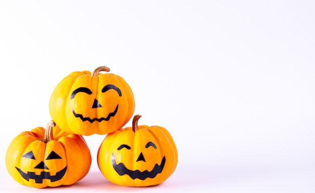 Halloween concept. oranje spookpompoen met grappige gezichten over witte achtergrond. Premium Foto