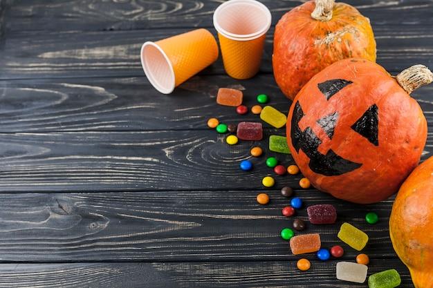 Halloween decoratie en suikergoed op houten vloer foto gratis