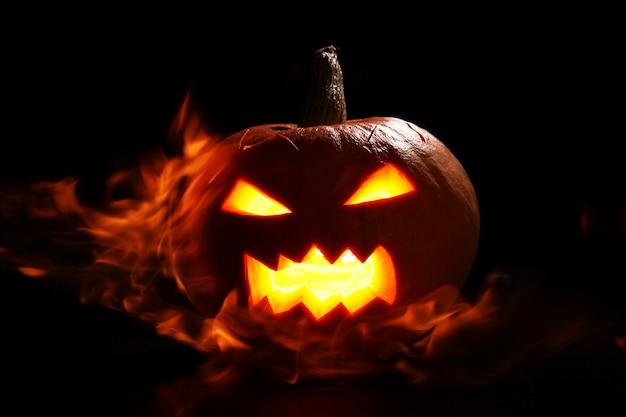 Halloween-pompoen in brand Gratis Foto
