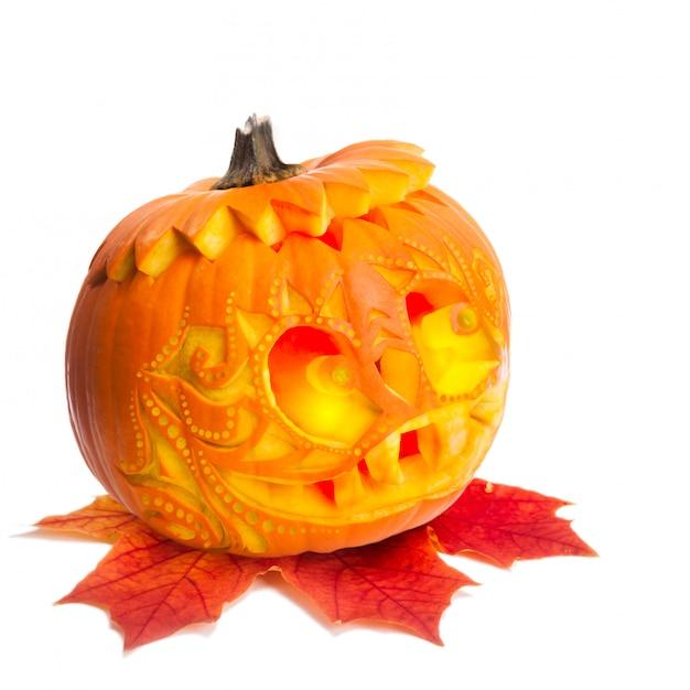 Halloween-pompoen op wit wordt geïsoleerd dat Premium Foto