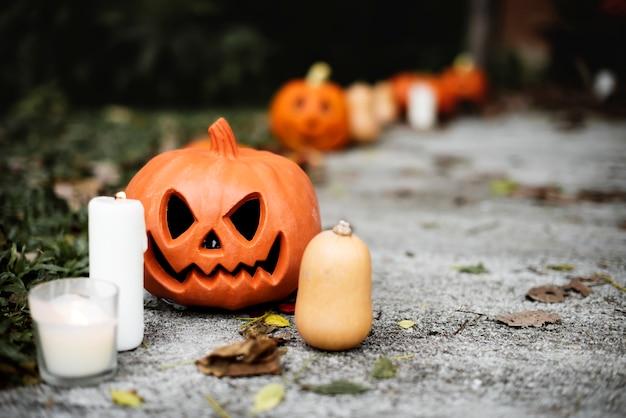 Halloween-pompoenen en decoratie buiten een huis Gratis Foto