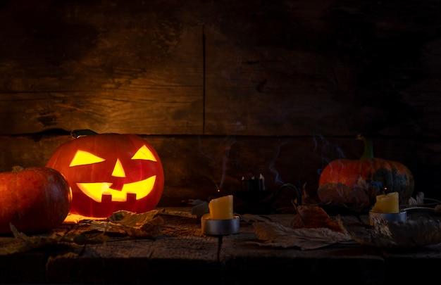 Halloween-pompoenen hoofdhefboom o lantaarn op houten lijst. Premium Foto