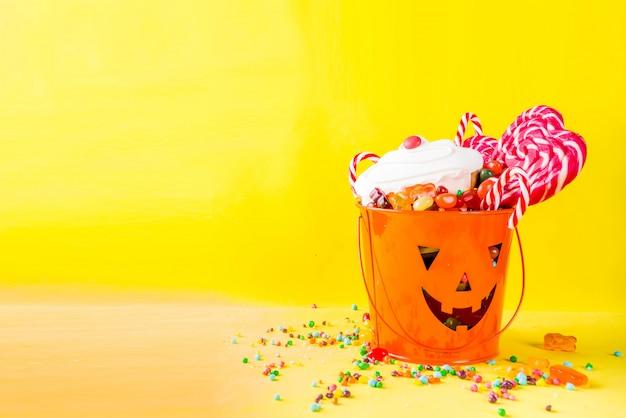 Halloween-snoepjes op geel Premium Foto