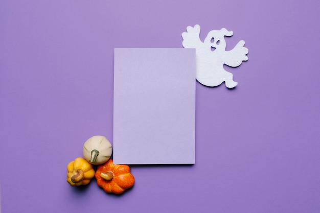 Halloween-uitnodiging mock-up voor een feest met pompoenen en een spook Gratis Foto