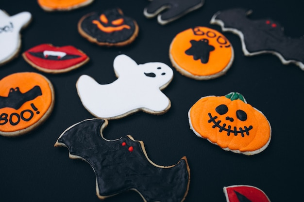 Halloween verfraaide eigengemaakte gemberkoekjes Gratis Foto