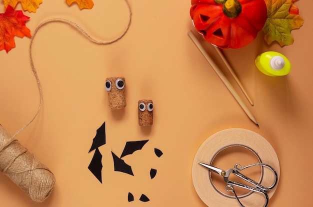 Halloween vleermuis speelgoed. kunstproject voor kinderen, knutselen voor kinderen. stap 4. Premium Foto
