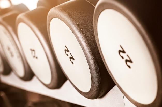 Haltergewichten in de sportschool Gratis Foto