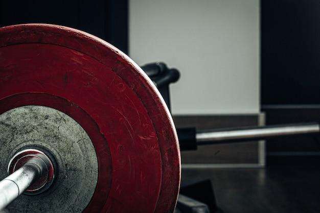 Halterschijven in een sportschool, powerlifting apparatuur Premium Foto
