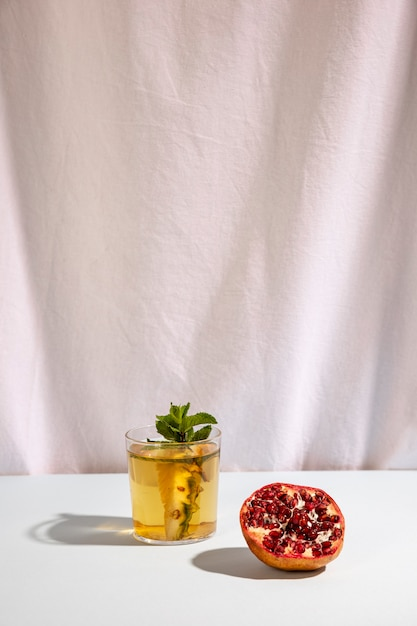 Halve granaatappel met heerlijke drank op tafel Gratis Foto