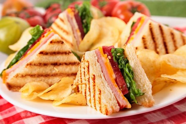 Ham en kaas club sandwich op picknicktafel Gratis Foto