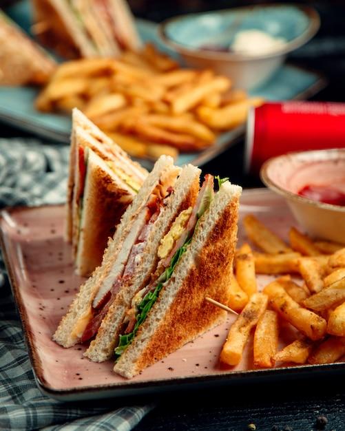 Ham en omelet club sandwich en aardappelen Gratis Foto