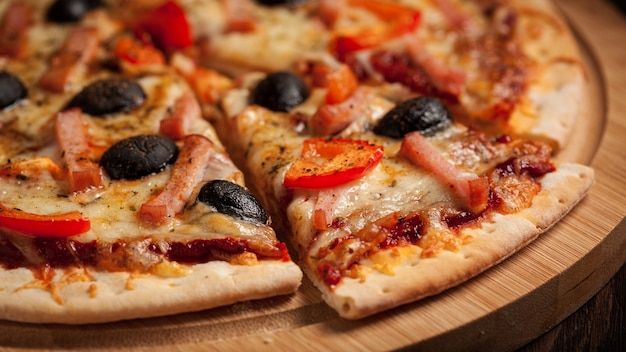 Ham pizza close-up brievenbus Premium Foto