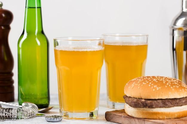 Hamburger en bier Gratis Foto