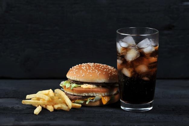 Hamburger met frieten en een glas met ijskola Premium Foto