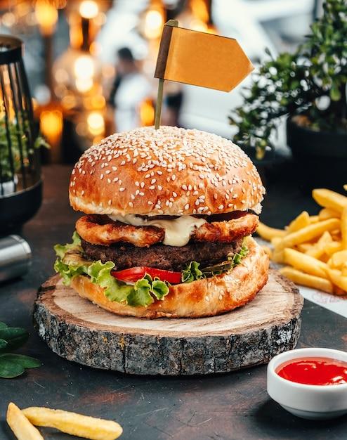 Hamburger met frietjes op de tafel Gratis Foto