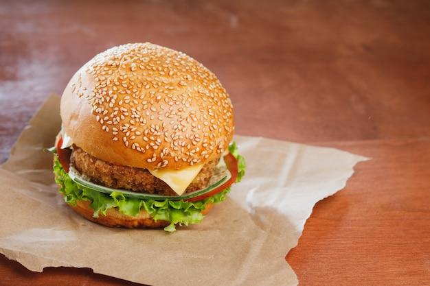 Hamburger met kaas op houten tafel Premium Foto