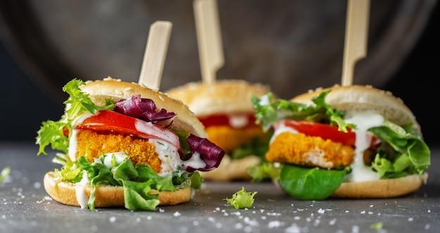 Hamburger met kippenpasteitje en groenten Gratis Foto