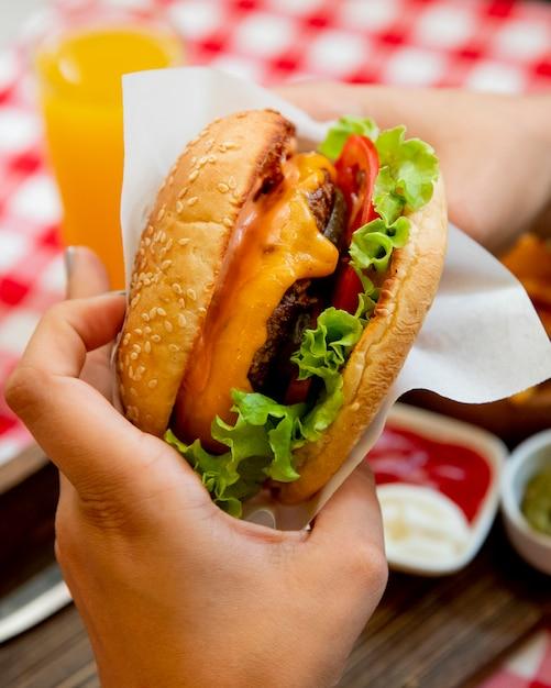 Hamburger met sla tomaten en kaas Gratis Foto