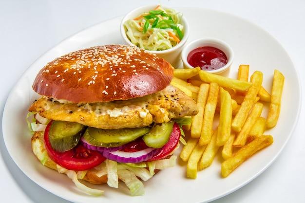 Hamburger op witte achtergrond Gratis Foto
