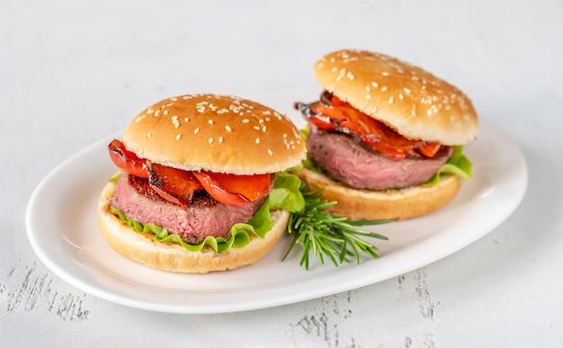 Hamburgers met gegrilde peper op de witte serveerschaal Premium Foto