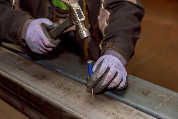Hamer, spijkerpons. markering op een metalen oppervlak voor het boren van gaten met een vierkant en een schuifmaat. Premium Foto
