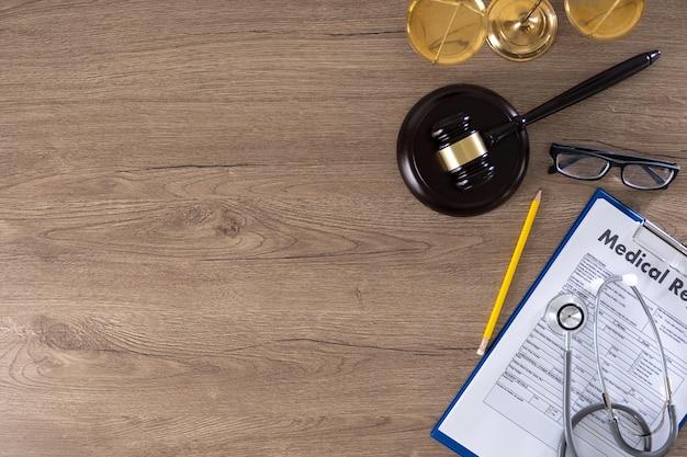 Hamer, weegschaal, bril, medisch rapport en stethoscoop Premium Foto